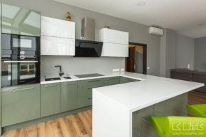 Virtuves virsma ar paneli un leti