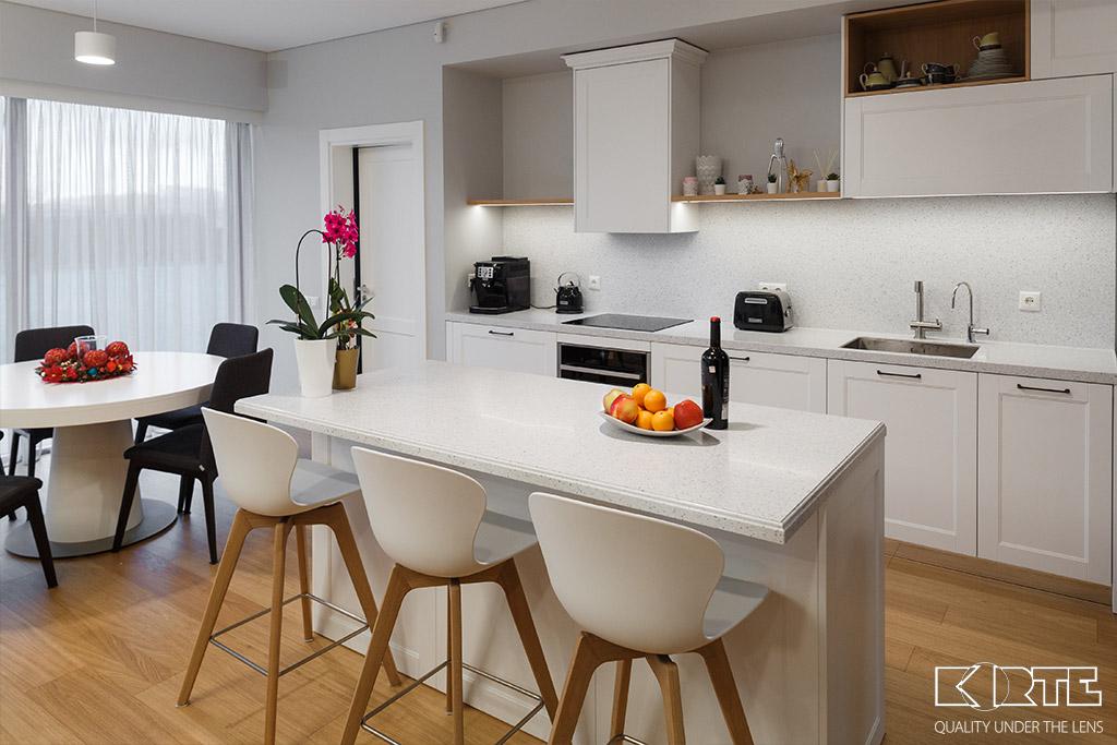 Virtuves sala un virsma ar paneli