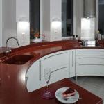 Virtuves virsma ar izlietni un palodzēm