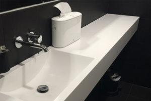 Balta vannas istabas izlietne ar virsmu