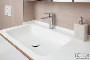 Vannas istabas virsma ar izlietni un ūdenslīsti