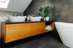 Vannas istabas virsma ar keramiskajām izlietnēm