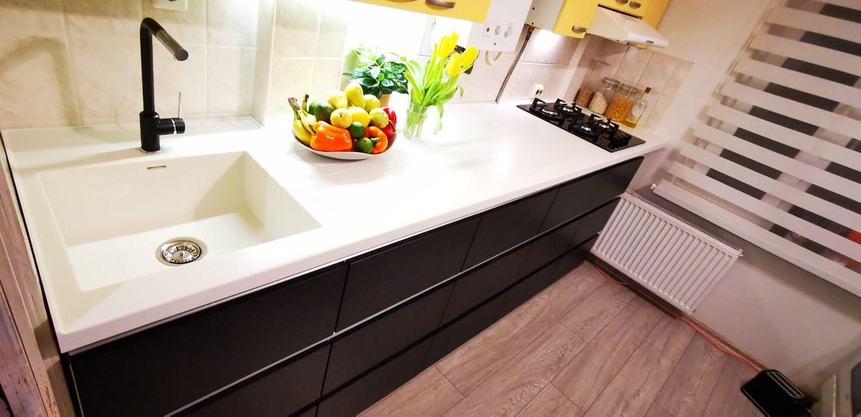 Virtuves virsma ar izlietni
